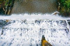 Olhando para baixo no fluxo da água que cai sobre uma represa concreta, área de San Francisco Bay, Califórnia foto de stock