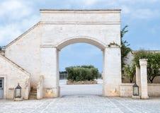 Olhando para fora a entrada dianteira cinco da estrela Borgo Egnazia Recurso Savelletri Di Fasano, Itália Fotografia de Stock