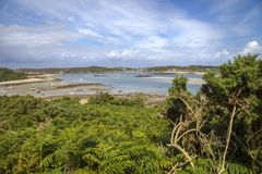Olhando para Grimsby novo de Bryher, ilhas de Scilly, Inglaterra Fotos de Stock Royalty Free