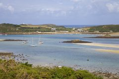 Olhando para Grimsby novo de Bryher, ilhas de Scilly, Inglaterra Imagens de Stock Royalty Free