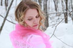Olhando para trás o retrato da mulher do inverno do laço Fotografia de Stock Royalty Free