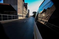 Olhando para trás a opinião de rua de um mini ônibus taxi fotos de stock