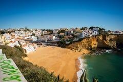 Olhando a praia de Carvoeiro em Portugal fotografia de stock