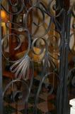 Olhando a sala de visitas atrás da tela do ferro foto de stock royalty free