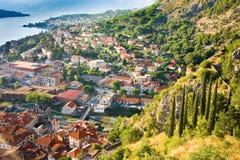 Olhando sobre a baía de Kotor em Montenegro com vista das montanhas, dos barcos e de casas velhas Imagens de Stock