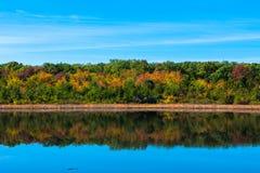 Olhando sobre a lagoa velha do moinho em alturas do lago spring, NJ fotos de stock