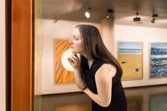 Olhando um onn da obra de arte o museu Foto de Stock