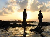 Olhando um por do sol Fotos de Stock Royalty Free