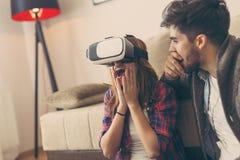 Olhando um vídeo da realidade virtual Imagens de Stock