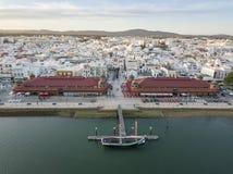 Olhao con due costruzioni del mercato da Ria Formosa, Algarve, Portogallo immagine stock libera da diritti