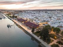 Olhao con due costruzioni del mercato da Ria Formosa, Algarve, Portogallo fotografia stock libera da diritti