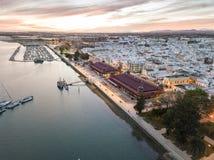 Olhao con due costruzioni del mercato da Ria Formosa, Algarve, Portogallo fotografie stock libere da diritti