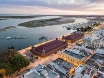 Olhao con due costruzioni del mercato da Ria Formosa, Algarve, Portogallo immagine stock