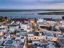 Olhao con due costruzioni del mercato da Ria Formosa, Algarve, Portogallo fotografia stock