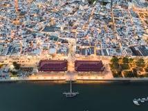 Olhao con due costruzioni del mercato da Ria Formosa, Algarve, Portogallo fotografie stock