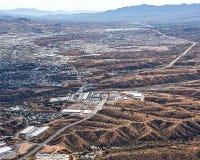 Olhar aéreo na passagem fronteiriça em Nogales, Estados Unidos no primeiro plano e em México na distância Foto de Stock Royalty Free