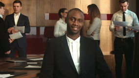 Olhar afro-americano do homem de negócios na câmera