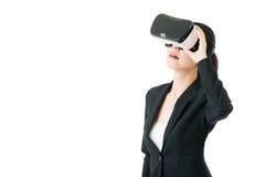 Olhar asiático da mulher da beleza através dos vidros de VR para o negócio Foto de Stock