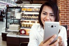 Olhar asiático das mulheres no telefone, Imagens de Stock