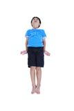 Olhar asiático feliz da criança como o super-herói do voo, isolado no branco Imagem de Stock Royalty Free