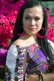 Olhar atento da mulher de olhos azuis bonita com as tranças africanas Imagens de Stock Royalty Free