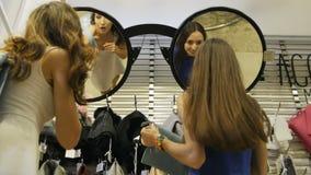 Olhar bonito novo das mulheres da vista inferior em sacos no espelho vídeos de arquivo