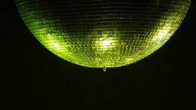 Olhar Center da bola do espelho do disco no fumo Fim acima video estoque