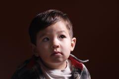 Olhar curioso de um rapaz pequeno. foto de stock royalty free