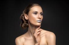 Olhar da alta-costura, retrato da beleza do close up com os bordos azuis coloridos Foto de Stock