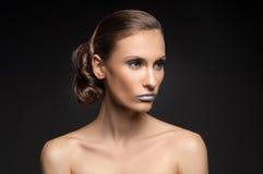 Olhar da alta-costura, retrato da beleza do close up com os bordos azuis coloridos Imagem de Stock Royalty Free