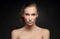 Olhar da alta-costura, retrato da beleza do close up do modelo com composição brilhante com pele limpa perfeita com os bordos azu Imagem de Stock