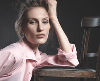 Olhar da alta-costura, retrato do modelo bonito da jovem mulher Fotografia de Stock