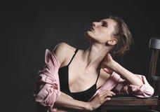 Olhar da alta-costura, retrato do modelo bonito da jovem mulher Imagens de Stock