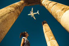 Olhar da jovem mulher no avião que sonha sobre férias Explore o mundo Conceito da exportação Hora de viajar Vida da liberdade ind imagens de stock