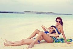 Olhar da mãe e da filha ao oceano Imagens de Stock
