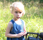Olhar da menina ao inventor da câmara de vídeo Fotografia de Stock Royalty Free