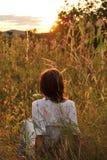 Olhar da menina no por do sol Foto de Stock