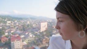 Olhar da moça através da janela da cabine na maneira da corda, Batumi, Geórgia filme