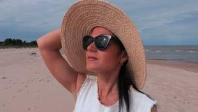 Olhar da mulher à câmera perto do mar filme