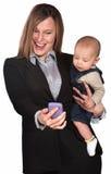 Olhar da mulher de negócios e do bebê no telefone Imagens de Stock