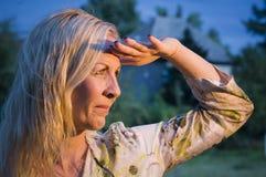 Olhar da mulher no pôr do sol Imagens de Stock Royalty Free