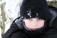 Olhar da perfuração do menino na neve Fotografia de Stock