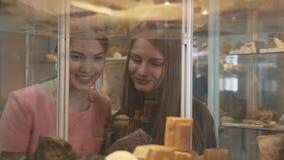 Olhar das estudantes em amostras minerais em prateleiras filme
