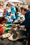 Olhar das famílias em fósseis na exposição na feira de ciência de Atlanta imagens de stock royalty free