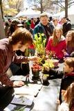 Olhar das famílias nas plantas carnívoras exibidas na feira de ciência de Atlanta imagem de stock