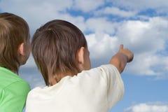 Olhar de dois irmãos ao céu Fotos de Stock Royalty Free