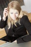 Olhar de questão da mulher de negócios Imagem de Stock