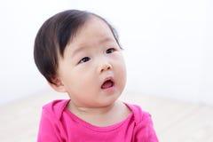 Olhar do bebê para esvaziar o espaço da cópia Fotos de Stock