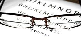 Olhar do close-up dos vidros com letras na parte traseira imagem de stock