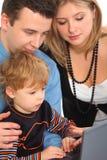 Olhar do filho do whit dos pais no fim do caderno acima Fotos de Stock Royalty Free